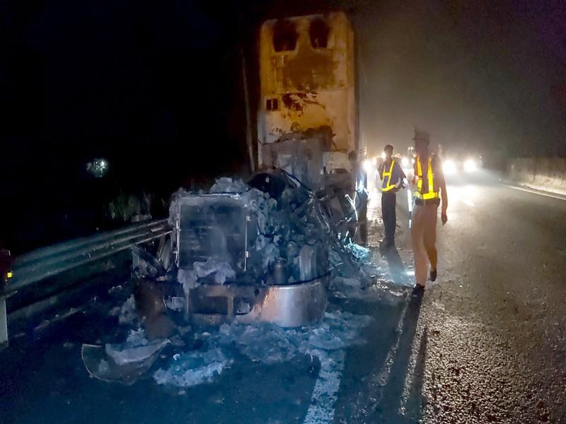 Xe đầu kéo cháy rụi trên cao tốc TP HCM – Trung Lương - ảnh 1