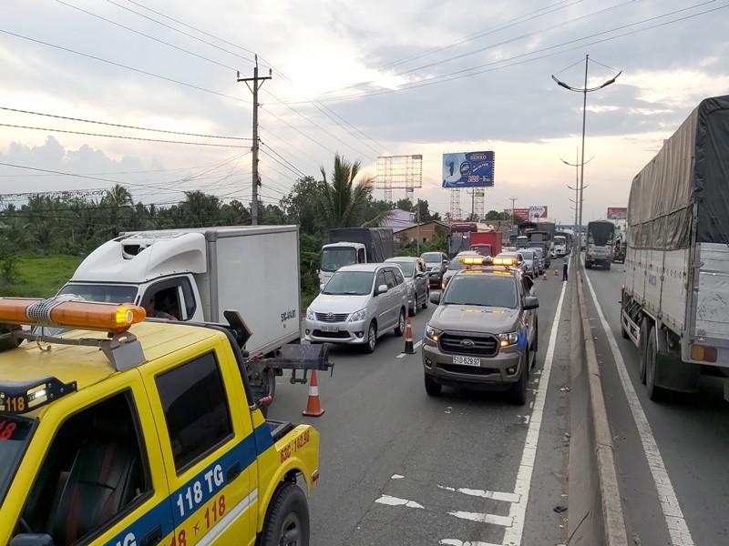 4 ô tô tông nhau trên đường dẫn cao tốc TP.HCM - Trung Lương - ảnh 2