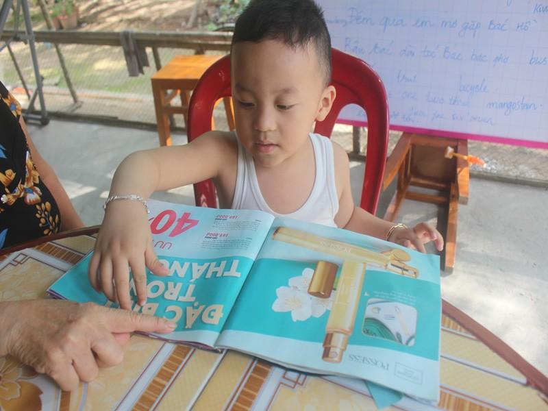 Bé trai 2,5 tuổi đã biết đọc tiếng Việt và tiếng Anh  - ảnh 1