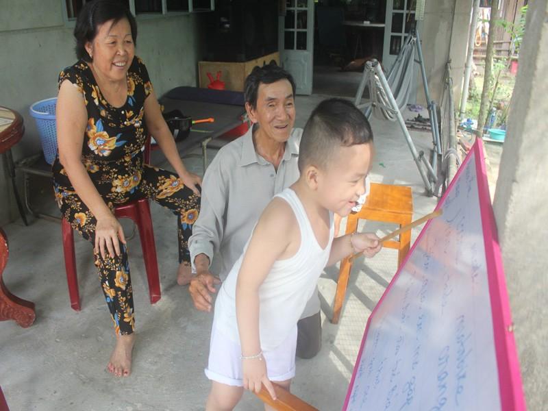 Bé trai 2,5 tuổi đã biết đọc tiếng Việt và tiếng Anh  - ảnh 2