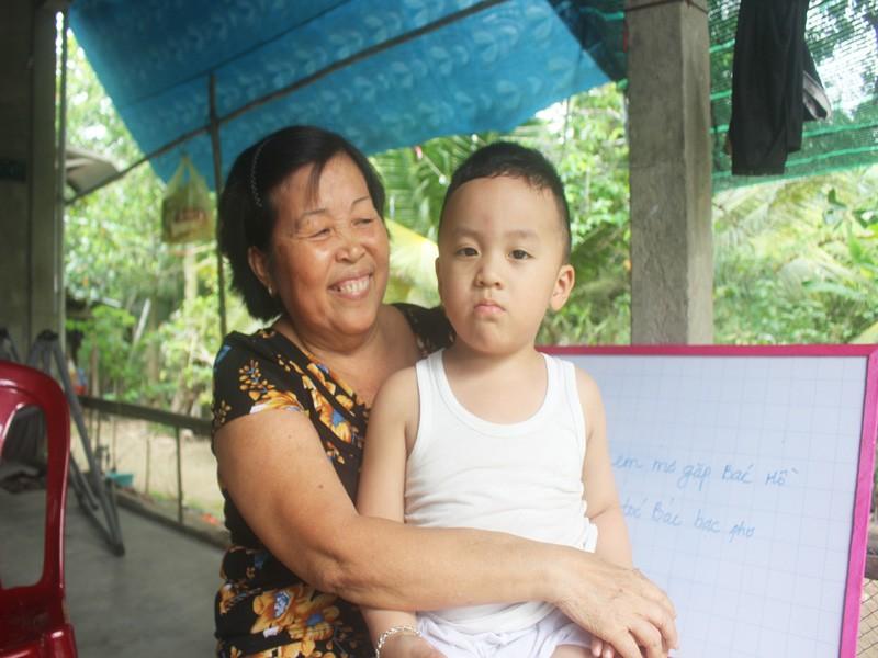 Bé trai 2,5 tuổi đã biết đọc tiếng Việt và tiếng Anh  - ảnh 3