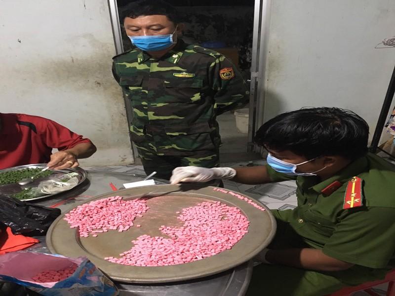 Bắt 2 người tàng trữ hơn 10 kg ma túy ở biên giới Long An - ảnh 1