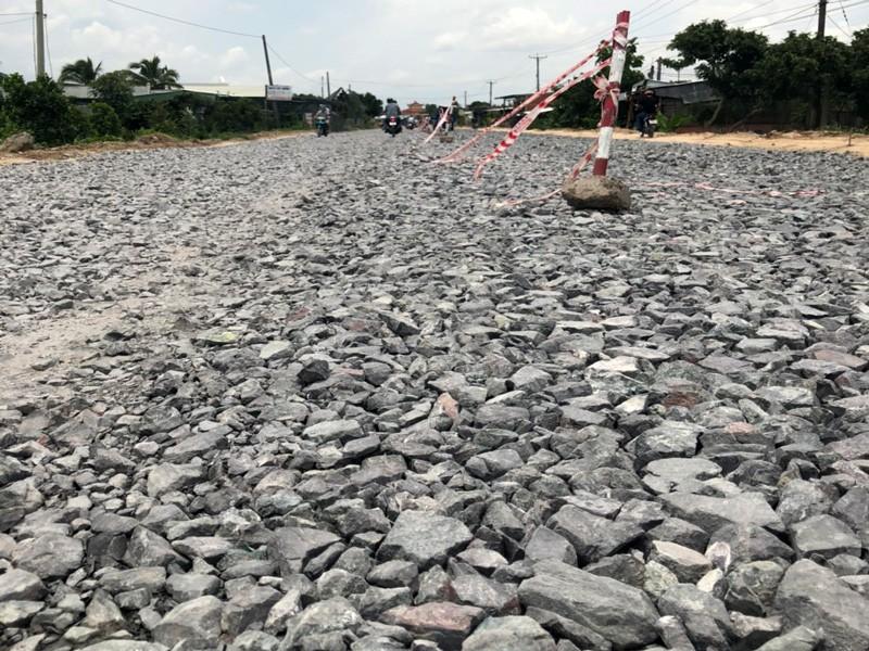 Bến Tre: Trải đá hết mặt đường quốc lộ 57, dân kêu khổ - ảnh 3