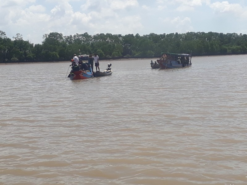 Chìm ghe ở cửa sông Ba Lai, 4 người chết, mất tích - ảnh 1