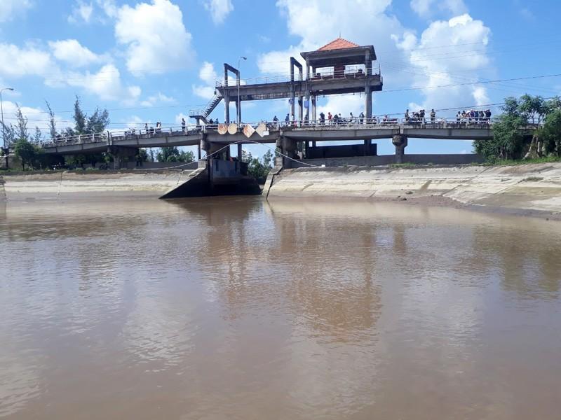 Tìm thấy thi thể 4 người vụ chìm ghe ở cửa sông Ba Lai - ảnh 1