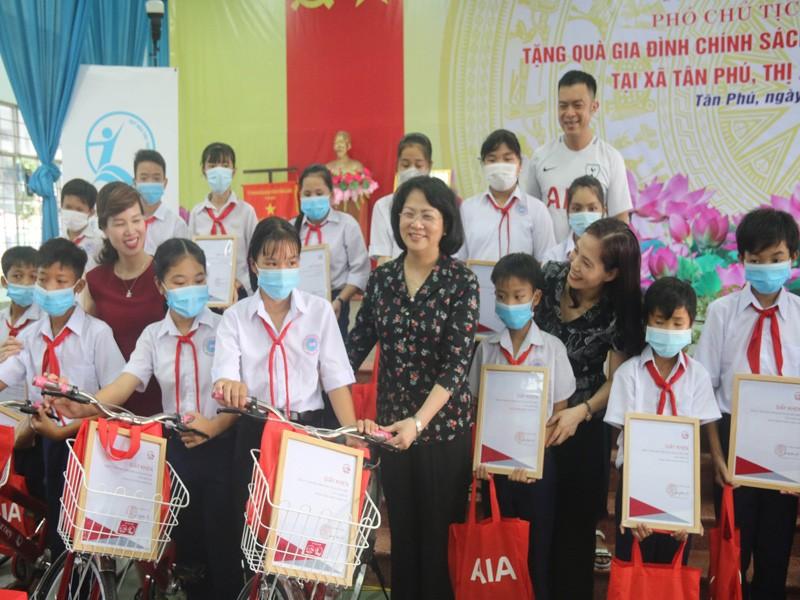 Phó Chủ tịch nước thăm mẹ VNAH, trao học bổng học sinh nghèo - ảnh 1