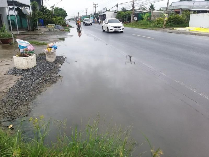 Dân ớn lạnh vì nhiều điểm ngập nước trên quốc lộ 50 - ảnh 1