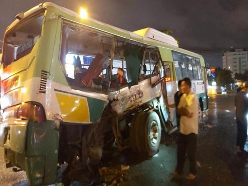 Xe buýt bị xe tải tông ngang trên QL1, 20 hành khách nhập viện - ảnh 1