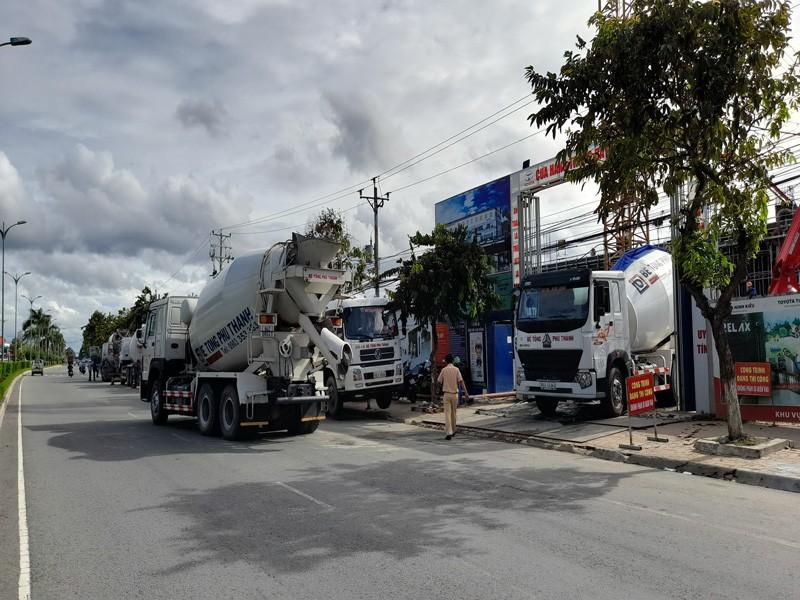 CSGT lập biên bản đoàn xe bồn chở bê tông Phú Thành - ảnh 1