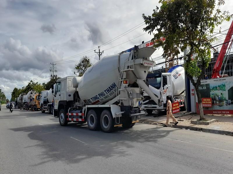CSGT lập biên bản đoàn xe bồn chở bê tông Phú Thành - ảnh 2