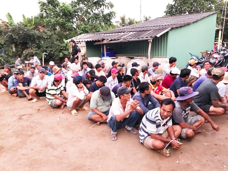 Đột nhập trường gà tại Tiền Giang, cảnh sát bắt giữ 69 người - ảnh 1