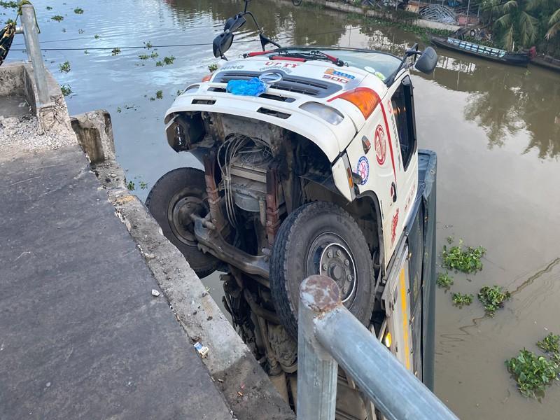 Tiền Giang: Sập cầu, xe  tải chở 15 tấn lúa rơi xuống sông - ảnh 3