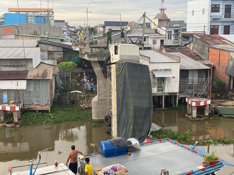 Tiền Giang: Sập cầu, xe  tải chở 15 tấn lúa rơi xuống sông - ảnh 2