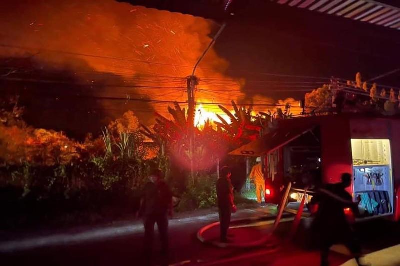 Cháy nhà kho, thiệt hại khoảng 7 tỉ đồng - ảnh 1