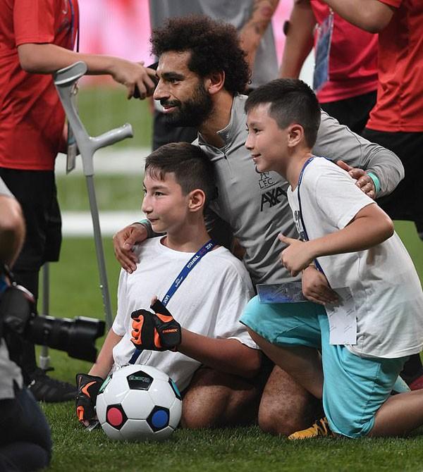 Salah tâng bóng với cổ động viên đặc biệt không có chân - ảnh 2
