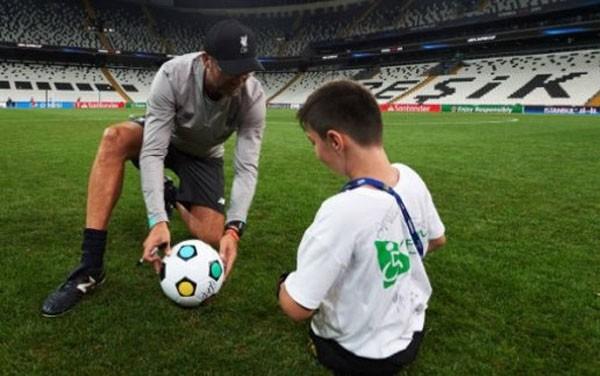 Salah tâng bóng với cổ động viên đặc biệt không có chân - ảnh 3