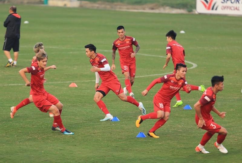 Cầu thủ Việt Nam nô đùa, UAE căng thẳng - ảnh 2