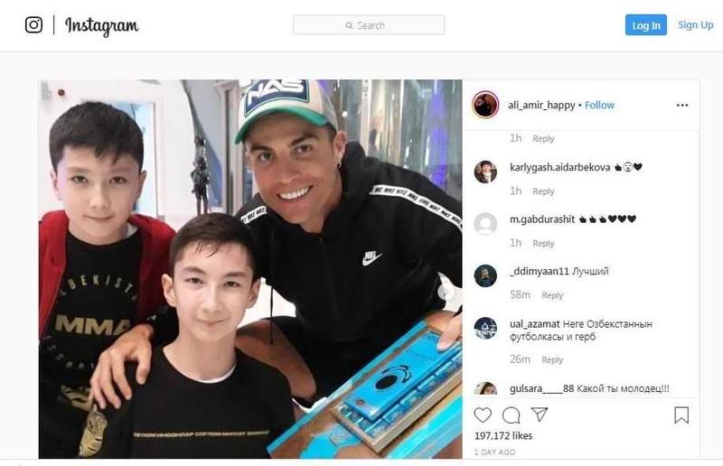 Xem Ronaldo, Khabib chơi bóng cùng em bé tật nguyền Ali Amir - ảnh 2