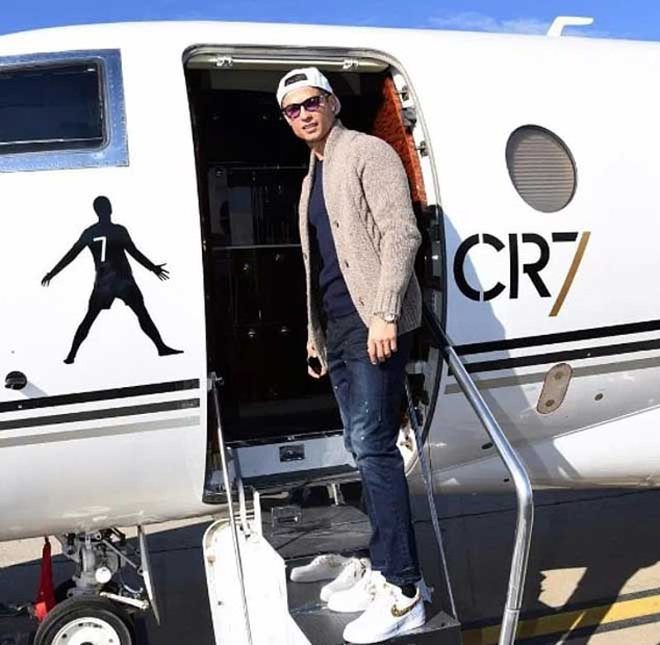 Xem máy bay riêng của Ronaldo hạ cánh rồi… cấm bay - ảnh 1