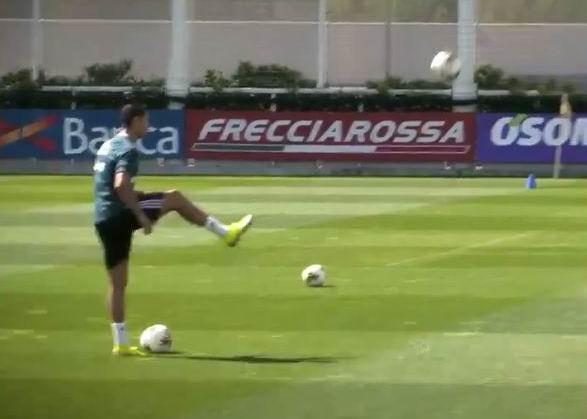 Ronaldo bị cầu thủ trẻ ở học viện 'thách đấu' - ảnh 1