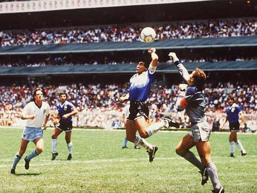 100 ngày mất của Maradona, nghe ông hát  'Bàn tay của Chúa' - ảnh 1