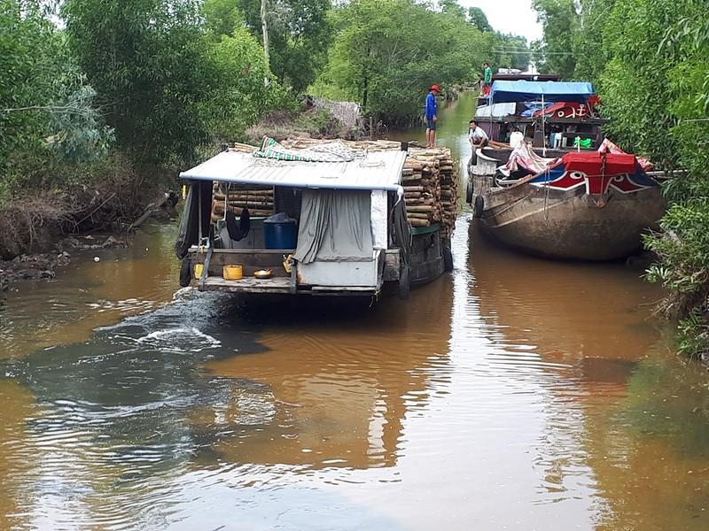 Nông dân ngăn ghe chở gỗ vì làm đục nước sông - ảnh 1