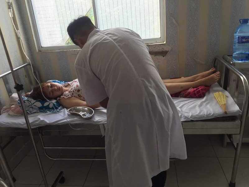 Cô gái ngất xỉu, nhập viện vì bị quay phim lúc chăm sóc ngoại - ảnh 1