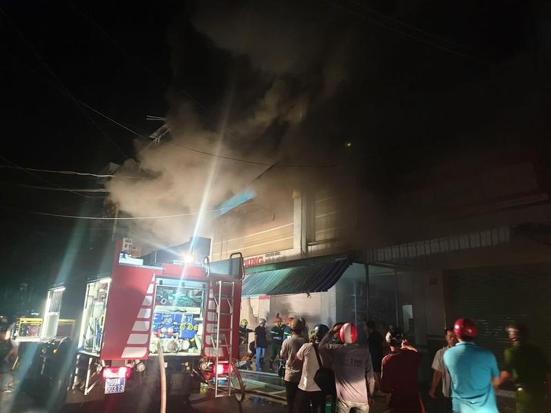 Nhiều người nhảy từ tầng 3 xuống đất trong đám cháy ở Cà Mau - ảnh 1