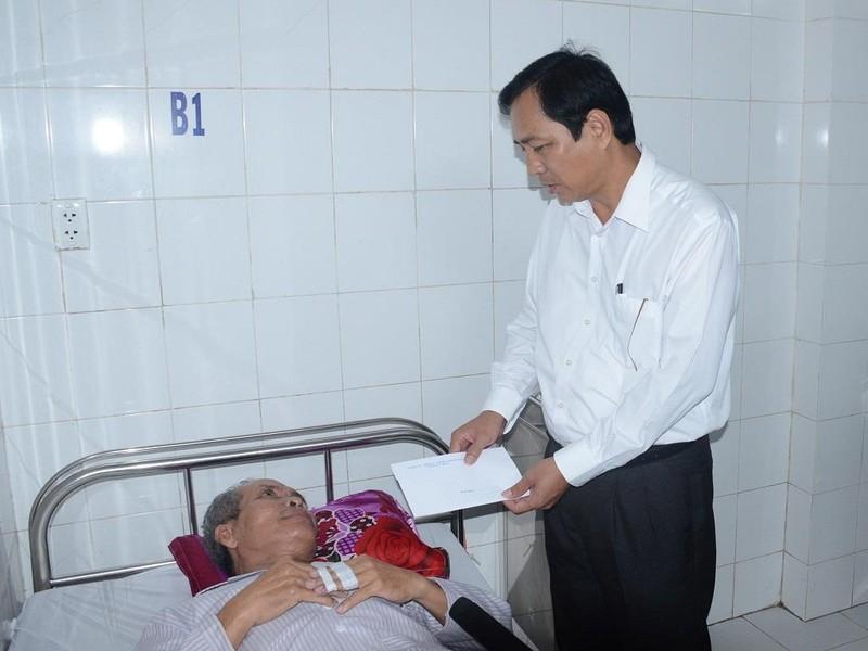Lãnh đạo tỉnh Cà Mau thăm các nạn nhân vụ cháy tiệm vải - ảnh 1