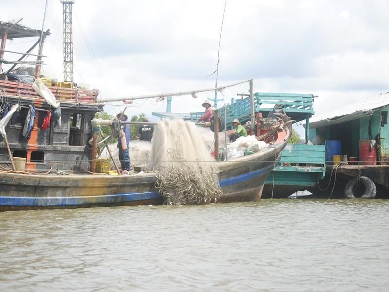 Người thân trả tiền 'chuộc lại' 4 ngư dân bị Malaysia bắt - ảnh 1