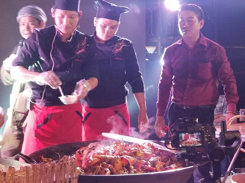 Chảo cua rang me khổng lồ trong đêm biểu diễn ẩm thực Cà Mau - ảnh 1