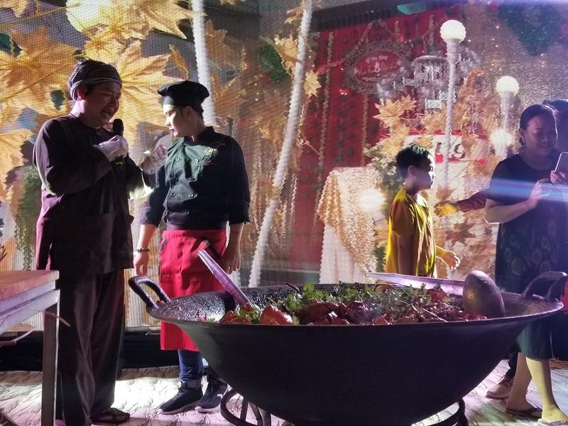 Chảo cua rang me khổng lồ trong đêm biểu diễn ẩm thực Cà Mau - ảnh 2