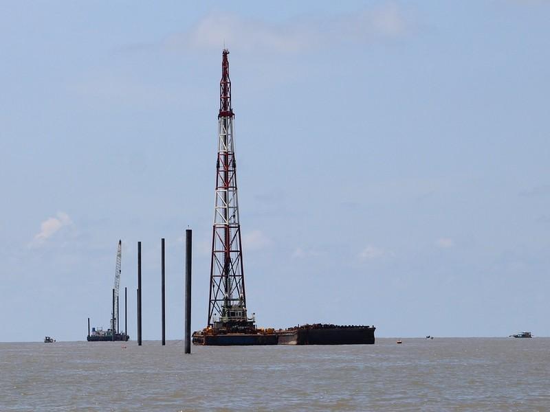 Dời 4 trụ điện gió ở Cà Mau để bảo đảm an toàn cho ngư dân - ảnh 1