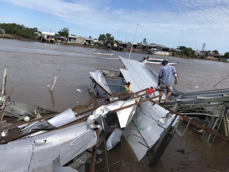 12 căn nhà ở Cà Mau bị chìm xuống sông - ảnh 1