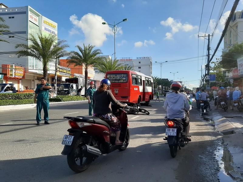 Tài xế xe buýt rời khỏi hiện trường sau khi gây tai nạn - ảnh 1