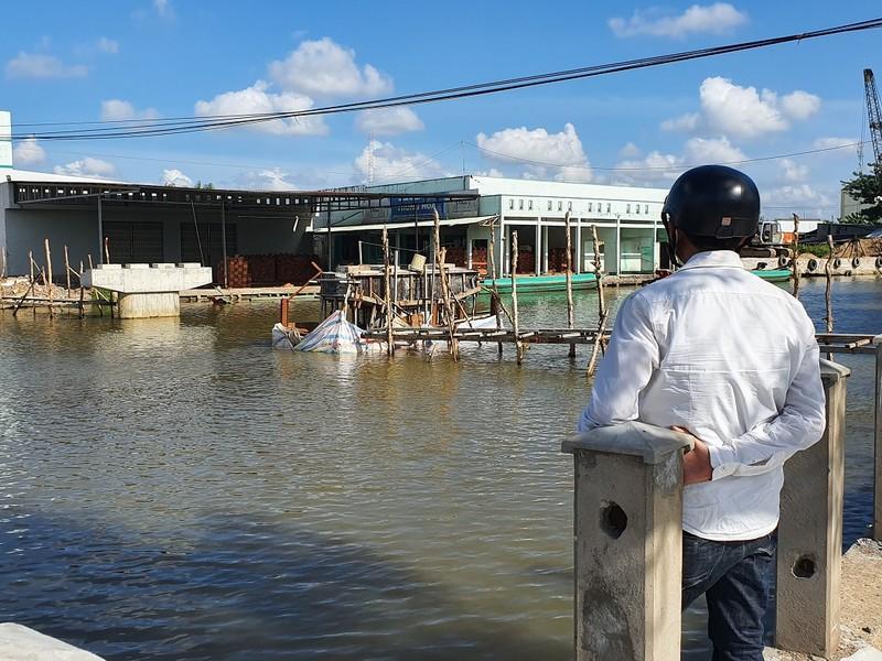 Cà Mau: Dân kêu trời vì xây cầu cản trở ghe gạo lúa - ảnh 1