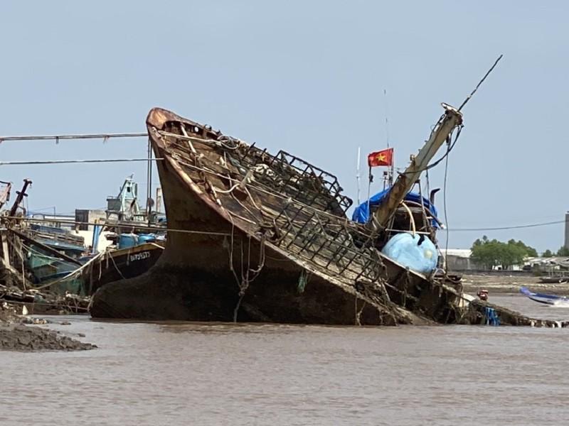 Xác tàu có chữ nước ngoài tấp bờ biển Gành Hào, tỉnh Bạc Liêu - ảnh 1