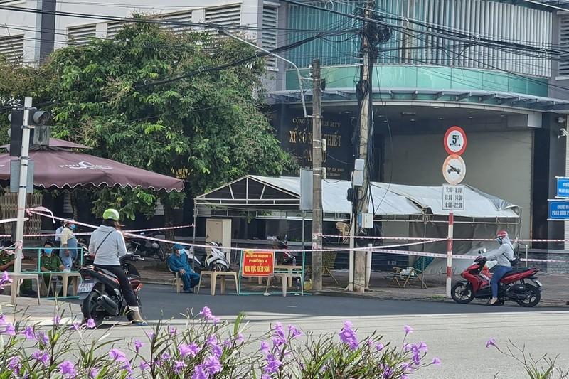 1 phụ nữ ở Cà Mau bán hàng qua hàng rào giãn cách vẫn dính COVID - ảnh 1